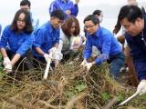"""Phó Thủ tướng Vũ Đức Đam cùng 500 sinh viên Thủ đô tham gia chương trình """"Tử tế với môi trường"""" tại hồ Linh Đàm"""