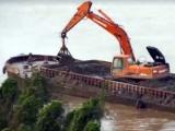 Vụ tàu đổ chất thải xuống sông Hồng: Tạm đình chỉ 3 cảnh sát