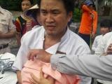 Nữ công nhân môi trường cứu sống một bé sơ sinh bị bỏ rơi trong thùng rác