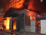 Xưởng gỗ hơn 600m2 ở Hà Nội bị thiêu rụi trong đêm