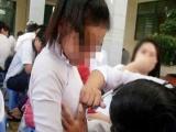 'Giật mình' học sinh cuối cấp ghi lại kỉ niệm cho nhau bằng hành động...sờ ngực