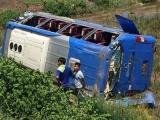 Huế: Xe lật xuống ruộng, 20 hành khách đập kính thoát hiểm
