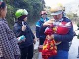 Nghệ An: 9 cô giáo đỡ đẻ cho sản phụ bên đường