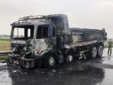 Xe tải chở nhựa đường bốc cháy ngùn ngụt trên QL 21