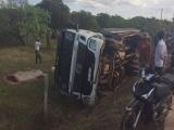 Xe tải chở trụ điện lật, 2 người thiệt mạng