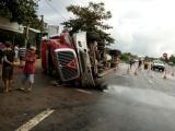 Quảng Trị: Xe container va chạm với xe máy rồi lật nghiêng, hai thiếu nữ tử vong