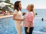 """Khi hai """"chị đại"""" Anne Hathaway và Rebel Wilson thi triển """"bí kíp tán trai"""" thần sầu"""