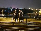 Trèo qua đường sắt, người đàn ông bị tàu đâm văng xuống sông Hồng