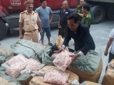 """Thu giữ 1,5 tấn sụn gà """"bẩn"""" trên xe khách chạy từ Lào về Việt Nam"""