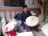 Gia đình nghệ nhân 5 đời gắn bó với nghề làm nón làng Chuông
