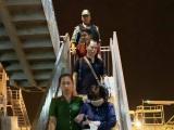Xe ô tô đặc chủng vào tận cầu thang máy bay để áp tải tội phạm