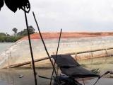 Lật sà lan chở hàng trăm tấn đá trên sông Đồng Nai