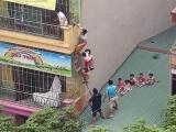 Hà Nội: Cháy trường mầm non, cô trò đỡ nhau trèo qua mái nhà