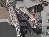 Cần cẩu đổ, kéo sập chung cư làm 7 người thương vong