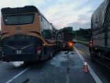 Xe khách húc đuôi xe tải trên cao tốc, nhiều người bị thương