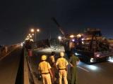 Xe tải lật chắn ngang cầu Phú Mỹ, giao thông ùn tắc hơn 5 km