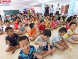 Các PV thường trú ở Khánh Hòa tặng quà trẻ em cơ nhỡ, người già neo đơn