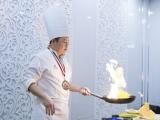 Đầu bếp gốc Việt của sao Hollywood thích thú chế biến những món ăn từ hoa phượng