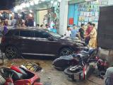 TP.HCM: Ô tô tông 5 xe máy, 6 người bị thương