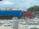 Bình Dương: Xe tải  chở bình Gasbị lật, người tham gia giao thông hú vía