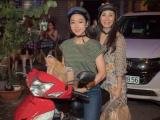 Hồng Đào và Hà Thanh Xuân lái xe máy nửa đêm phát áo mưa và quàTrung thu cho người vô gia cư Sài Gòn