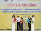Hoa hậu H'hen Niê và Á hậu Hoàng Thùy diện áo dài trắng trao học bổng cho học sinh Long An
