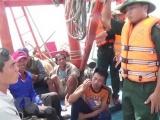 Quảng Bình: 6 ngư dân bị chìm tàu trên biển được đưa vào bờ an toàn