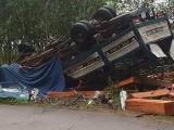 Quảng Ngãi: Xe tải chở gỗ bị lật, hai vợ chồng tử vong trong cabin