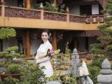 Hoa hậu Dương Yến Nhung vãn cảnh chùa, giới thiệu vẻ đẹp văn hóa Việt đến bạn bè năm châu