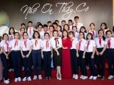 Lý Nhã Kỳ tự tay bó hoa tặng thầy cô ở Vũng Tàu