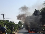Nữ tài xế bất lực nhìn xe Ford Ranger cháy trơ khung