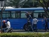 Nhóm thanh niên cầm hung khí đập phá xe buýt ở TP.HCM