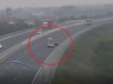 Xe ô tô đi lùi trên cao tốc Hà Nội - Hải Phòng, suýt gây tai nạn thảm khốc