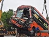 Xe khách gây tai nạn liên hoàn, 4 người nhập viện