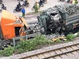 Hà Nội: Xe chở đá đấu đầu xe container, hai tài xế may mắn thoát nạn