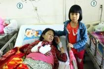Mẹ nguy kịch trên giường bệnh, con gái 9 tuổi thiếu tiền để truyền máu