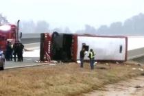 Mỹ: Lật xe buýt trên cao tốc do mưa tuyết, 46 người thương vong