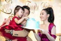 Á hậu Đoàn Thanh Tuyền nhận hàng trăm bó hoa và quà dịp sinh nhật
