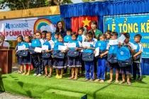 Tập đoàn Hòa Bình trao quà tặng cho bộ đội biên phòng và học sinh vùng biên