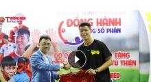 Cầu thủ Duy Mạnh trao tặng áo thi đấu cho chương trình 'Đồng hành cùng số phận' của TH&PL