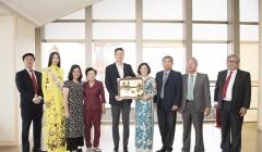 Đại sứ Nhật ngữ Hoa hậu Phương Khánh diện áo dài nền nã thăm chính quyền tỉnh Fukuoka