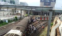 Tàu cao tốc Hong Kong trật bánh giờ cao điểm, 8 người bị thương