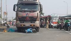 TPHCM: Va chạm xe đầu kéo làm 2 người tử vong, bé 5 tuổi bị thương nặng