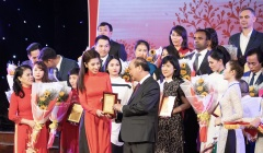 Hoa hậu Dương Yến Nhung dịu dàng cùng áo dài đỏ tham dự sự kiện ý nghĩa