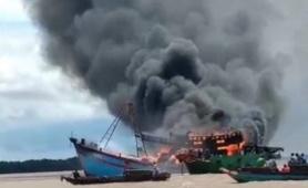 Bến Tre: Tàu cá bất ngờ cháy dữ dội, thiệt hại nhiều tỷ đồng