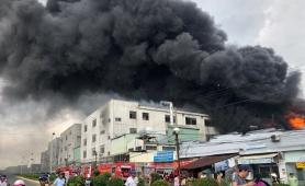 Bình Dương: Cháy lớn ở xưởng sản xuất băng keo