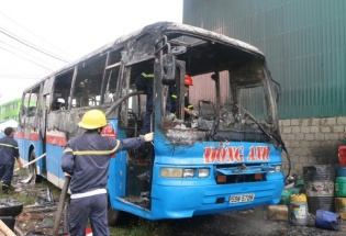 Thanh Hóa: Xe khách chở công nhân bốc cháy trơ khung