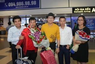 Tuấn Vũ hạnh phúc trong vòng vây khán giả tại sân bay Nội Bài