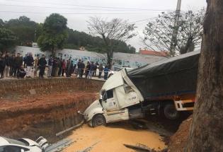 Quảng Ninh: Xe container mất lái càn quét, 2 bà cháu thoát chết trong gang tấc