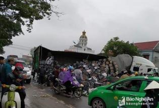 Tránh xe máy, xe container ngã đè lên xe bán tải khiến giao thông tắc nghẽn